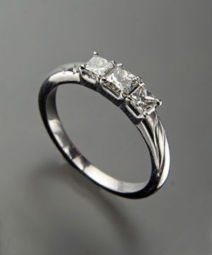 Fashionable Diamond Ring
